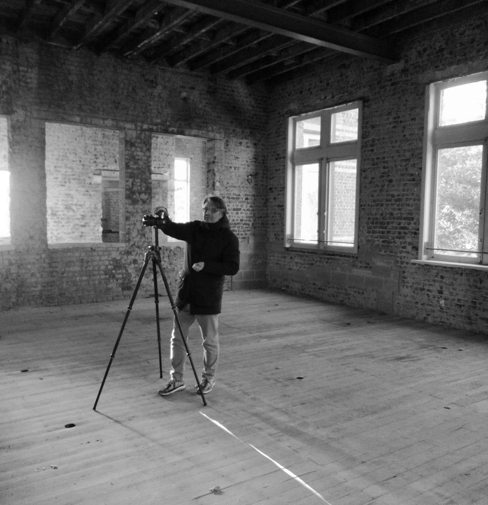 Juan Rodríguez photographing Caritas en Gant
